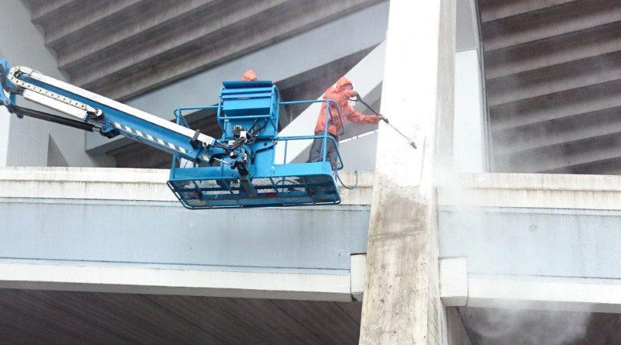 Rengöring och målning av pyloner på nya Ullevi.